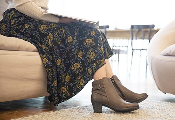 脚細効果のベルトアクセントで レディに履けるすっきり見えブーツ